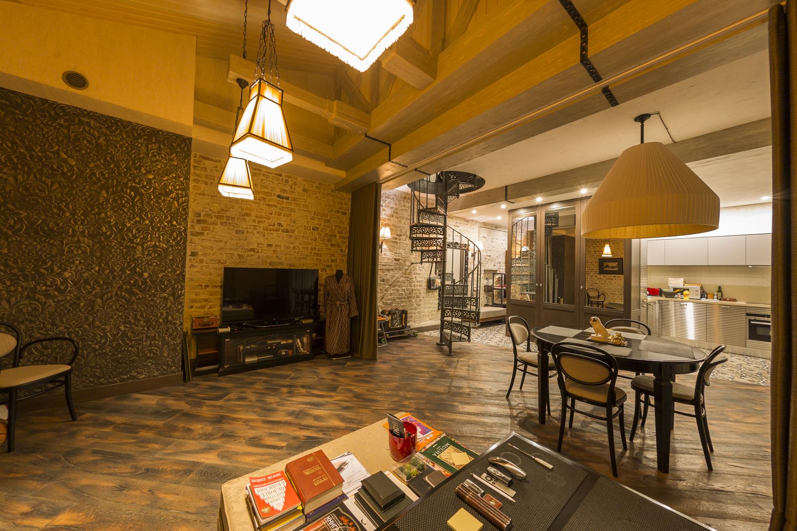 В тихом центре, рядом с Петровским парком, продается двух-этажная двухкомнатная квартира, Ул. Виландес