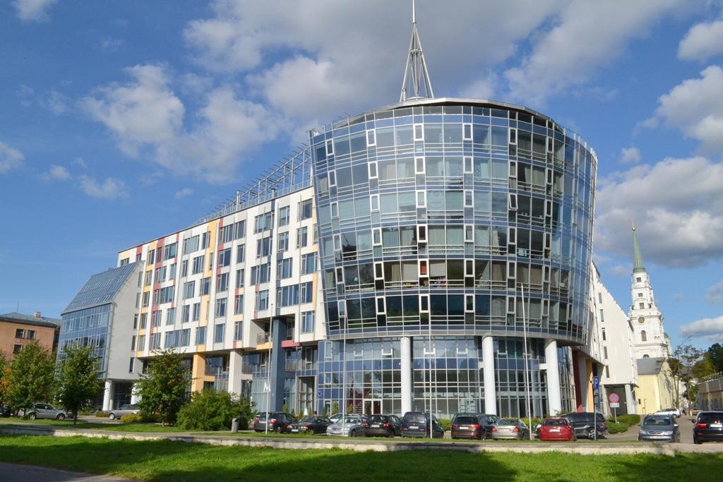 В жилом комплексе Centra Nams, c видом на реку, сдается уютная и светлая квартира